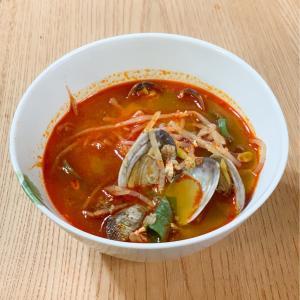 ユッケジャンとスンドゥブチゲの味が同時に味わえる!ピリ辛あさりスープのレシピを紹介します。