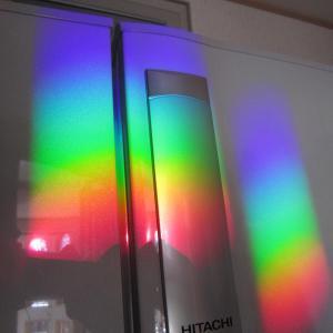 冷蔵庫に映える虹