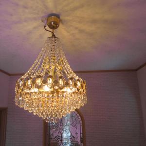 南玄関天井のシャンデリア