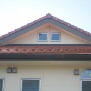 屋根裏小窓にステンドパネルを