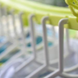 子ども服を干す洗濯ハンガーは10連を愛用。ハンガーがバラバラにならない新生児服から干せる便利アイテム