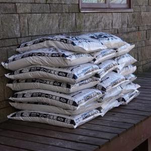 今年もバーク堆肥でマルチング。and チビ(ジャン君)とミルクの仲良し日記
