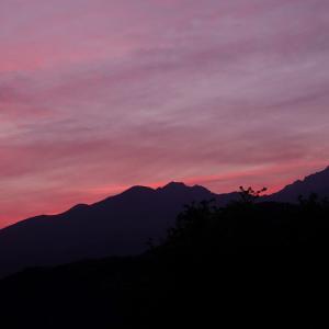 庭の様子、芍薬がローズピンクに変わって and  八ヶ岳の夕焼け
