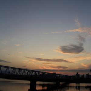 街の向こうに秋の陽が沈む - 大野川河畔 -