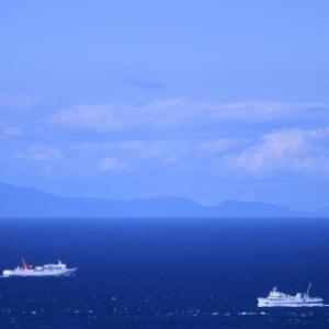空と海の青い濃淡の中 -関崎 -
