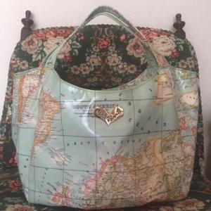エナメルコーティングを施した撥水素材のトートバッグ