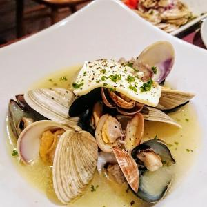3種の貝の白ワイン蒸し、鴨の生ハムなど