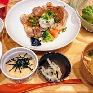 麦富士豚のすりおろし野菜ソース、焼きおにぎり鮭茶漬け