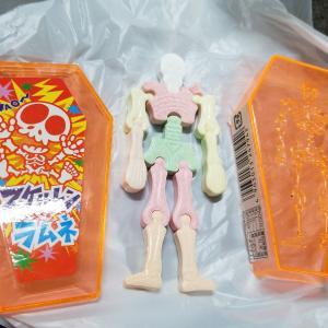 【動画解説】大食い王者のMAX鈴木さんと一緒にスケルトンラムネ(やおきん)を食べてみた!