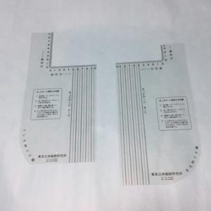 正確な衿ぐり寸法を計測するネックゲージ
