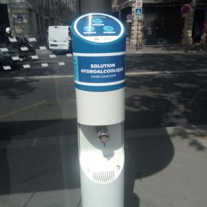 パリのバス停にアルコール消毒液