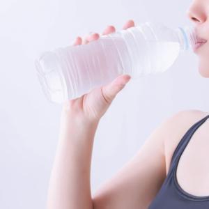 アラフィフのカラダが乾燥しているからといって大量の水を飲んではいけない理由