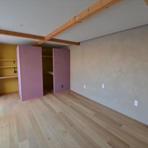 天井高2100mmの寝室。その居心地は?