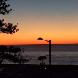 ニュージーラランド ネイピア ビーチフロントモーテルからみた朝日