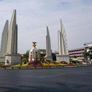【バンコク観光】民主記念塔 ===4つの守備翼に象られた平和と民主主義の巨大なモニュメント===