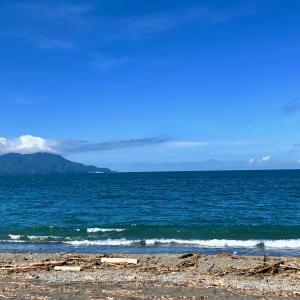 ジュエリー作家の海辺で探し物