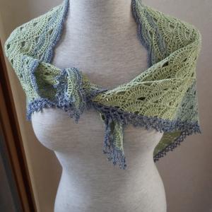 バイラス編みの三角ショール終