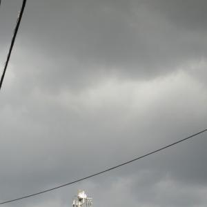 今にも降ってきそうな雲