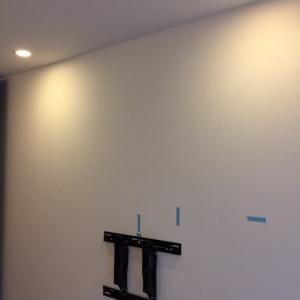 49インチの4Kテレビを寝室に壁掛け設置!