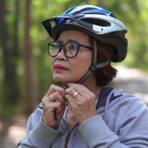 チャリでバイク用のヘルメット被ろうと思うんやが異端か?