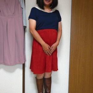 セーラー襟カットソーに赤い膝丈スカート