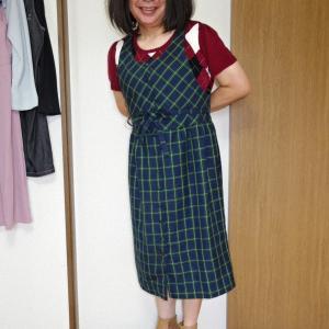 緑チェックのジャンパースカートに臙脂の半袖ニット その3