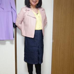 ピンクのフェイクスエードライダースにデニムのボックスプリーツスカート その1