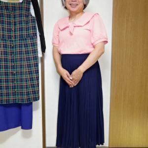 ピンクのセーラー襟プルオーバーに紺色のマキシプリーツスカート
