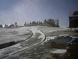 ゲレンデに雪!志賀高原にうっすら!白馬さのさかスキー場は秋!今月オープン予定の北海道札幌国際に積雪!