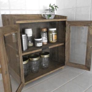 スパイスラックは木製のアンティーク風がおしゃれだった!キッチンの調味料がすっきり収納できる棚板付き♪