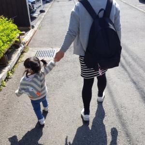 双子1歳8ヶ月 手を繋いで歩く