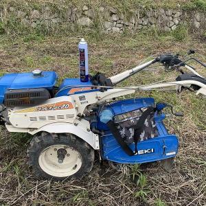 田んぼの真ん中で止まってしまった耕運機の修理。