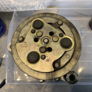 取り外したビートのコンプレッサーを分解。