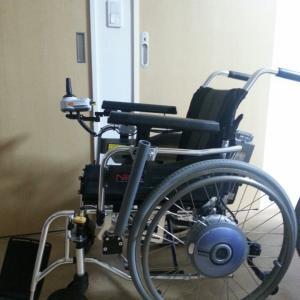「車いすに乗車の際の、手が届かない」対策には?