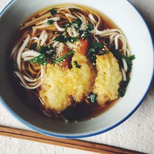 コールスで買える日本の味!エビの天ぷらで天ぷらうどん!3分調理の裏技