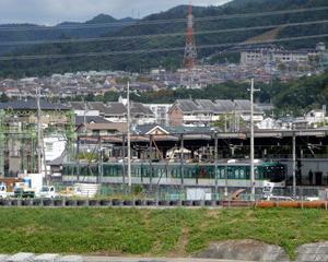 宇治川橋梁を往くJR103系