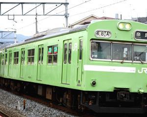 駅を発車するJR103系NS407編成