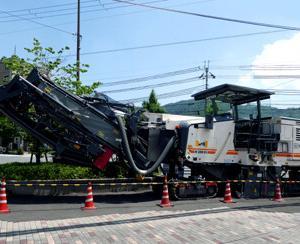 であいもん×えいでんHMを掲出して叡山本線を往く叡電デオ723と大型路面切削機WIRTGEN W200Hi