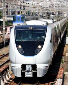 東海道本線を往くJR683系W34編成とファミリーマート スモークサーモン&ツナポテトサラダ