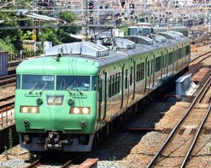 東海道本線を往くJR117系S3編成とセブンイレブン 冷やしネギ中華