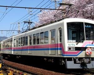 であいもんHMを掲出した満開の桜を往く叡電デオ802編成と神戸屋 期間限定 リッチカスタードフランス