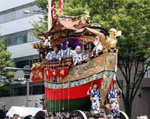 祇園祭前祭山鉾巡行 動く美術館 船鉾