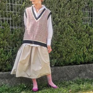 アラフィフ女子の春コーデはシャキッとピンクを取り入れる