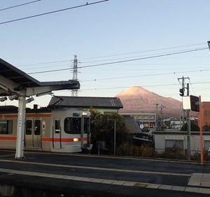年跨ぎ駅舎巡り⑲ 元日の富士山二景(赤富士編)