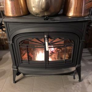 夜はあったかくても、朝寒い。朝からストーブに火入れして焚火をする。