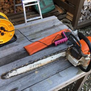 薪割りをしようとしたんだけど、焚火したり、薪棚整理したり