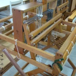 新顔の織り機に糸を掛けます