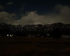月明かりに浮かび上がる常念岳