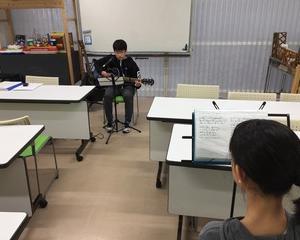 ギター弾き語りにおける小学低学年と高学年、中学生の普通に出来ることの違い