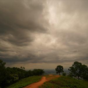 雨雲湧く若草山から眺望